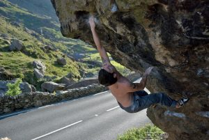 Chris Davies attempt the Pool's of Bethedsa, V...Hard.... Jerry's Roof Block, Llanberis Pass.