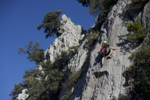 A sunny day at Atxarte around the Espolon Area, here starting up a 3/4 pitch classic f5c sport route